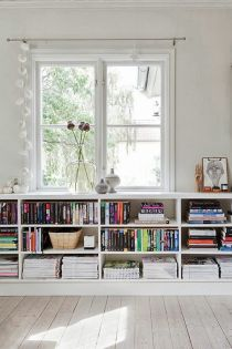 open book shelves found on huis-inrichten.com